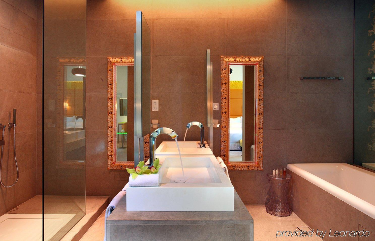 Klapsons the boutique hotel singapore for Hotel bathroom design gallery